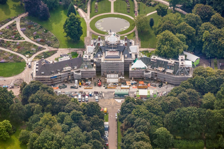 Paleis Huis ten Bosch in de steigers in 2017, tijdens een grondige renovatie na het vertrek van koningin Beatrix.  Beeld Peter Elenbaas / HH