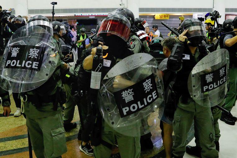 De politie drijft betogers uit elkaar in het CityPlaza-winkelcentrum in het Tai Kooidistrict, waar de mesaanval plaatsvond.
