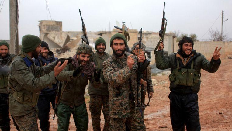 Syrische soldaten vieren dat ze het dorp Ratian, ten noorden van Aleppo, hebben heroverd van rebellen op 6 februari 2016. Beeld afp