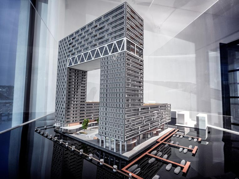 Het gebouw Pontsteiger ¿ 66 koopwoningen en 252 huurwoningen ¿ in maquettevorm. Beeld Martin Dijkstra