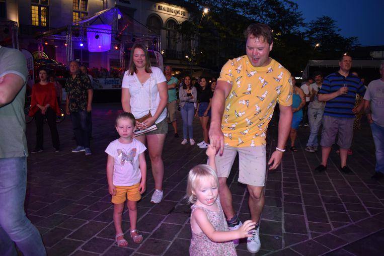 Quentin en Marine amuseren zich met hun kinderen.