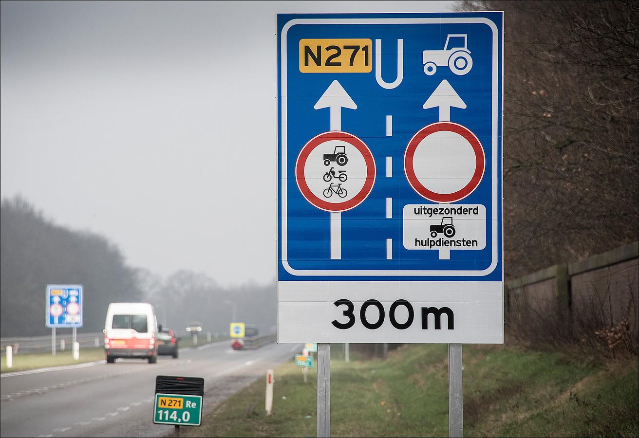 De rijbanen op de N271 zijn gescheiden.