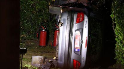 Inzittenden duiden elkaar aan als bestuurder nadat auto op zijn flank in tuin van woning terechtkomt