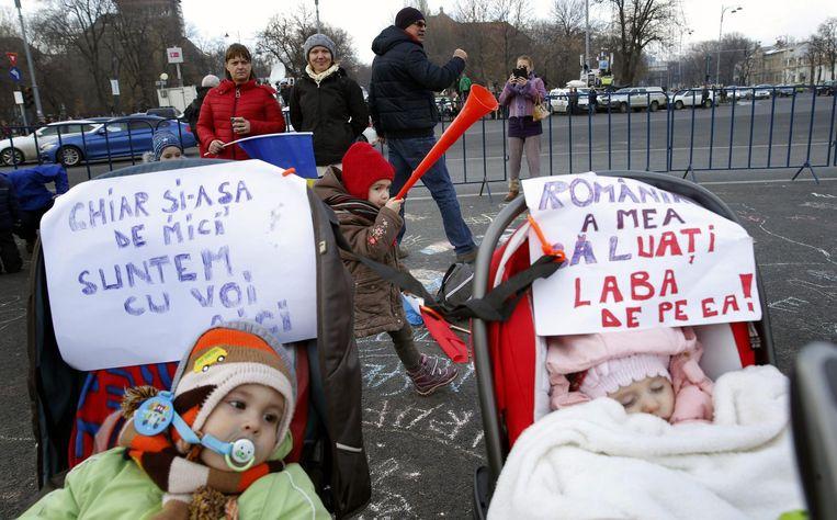 Ook de allerkleinsten zijn aanwezig bij de demonstraties in Boekarest, 5 februari 2017. Beeld epa