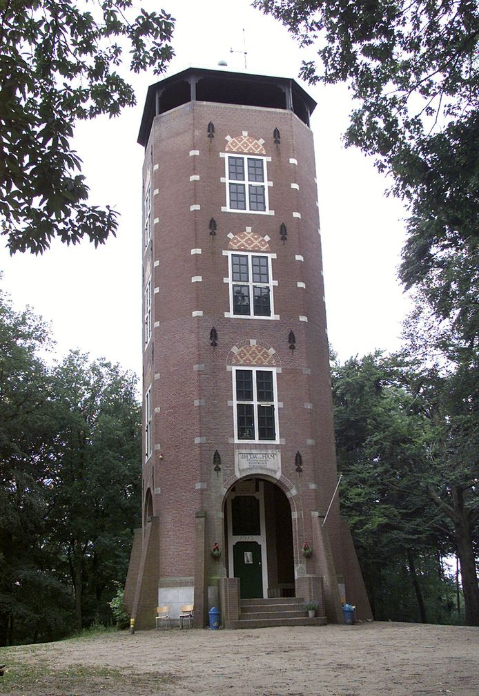 De uitzichttoren in het bos bij Lunteren.