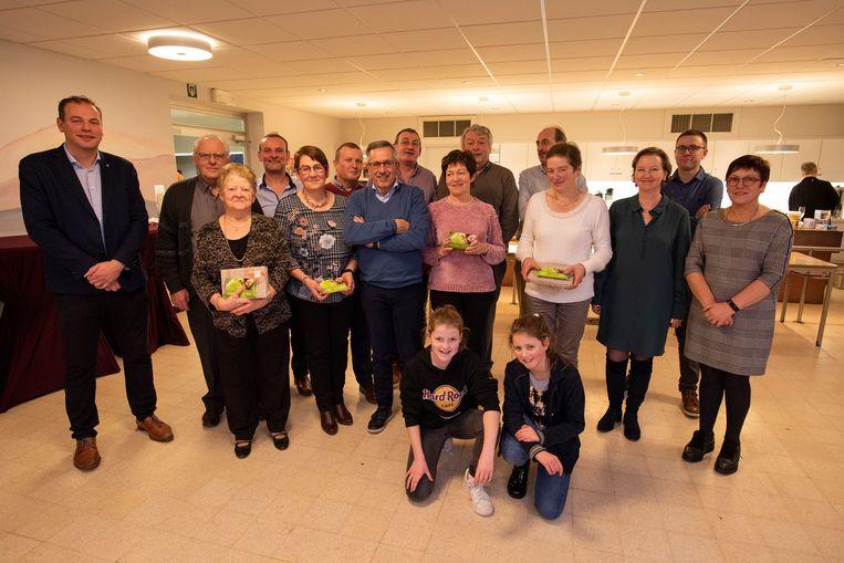 Op de foto staan de laureaten met schepen Ben Desmyter en het bestuur van Tuinhier Poperinge.