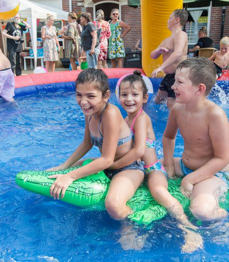 Ahornstraat is tijdelijk een waar zwemparadijs voor jong en oud