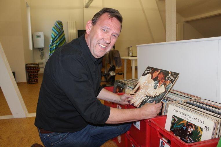 Hans Jünger grabbelt nog een laatste keer in zijn rijkgevulde platenbakken.