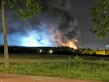 Grote brand bij afvalverwerker in Hengelo, rook naar binnenstad
