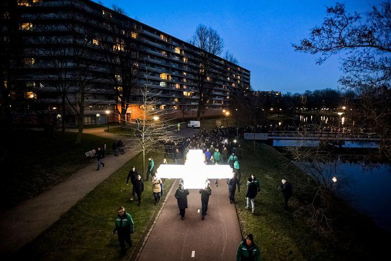 De processie met het witte kruis door de straten van de Bijlmer Beeld anp
