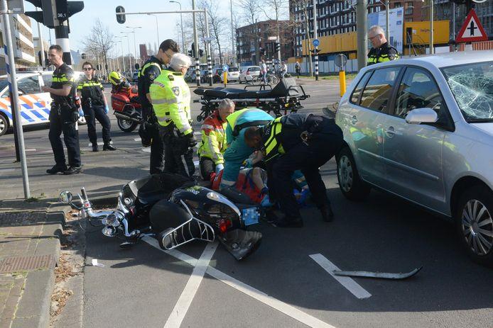 De scooterrijder is op een wervelplank gefixeerd en naar het ziekenhuis overgebracht