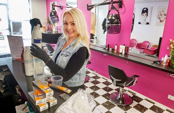 Ombretta Bottazzi heeft een kapsalon in Oss die gesloten is ivm de coronacrisis. Ze mengt wel haarverf voor vrouwen die hun uitgroei niet kunnen behandelen.