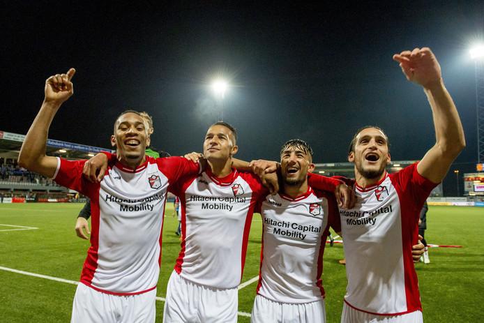 De spelers van FC Emmen vieren de zege op NAC Breda.
