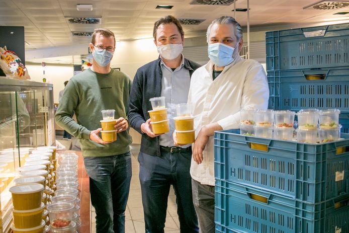 David Van der Steichel van AZN, Kris Vanhemel van horecagroothandel Metro en chef Michiel De Bruyn van restaurant Sense met de 150 liter soep voor het zorgpersoneel.