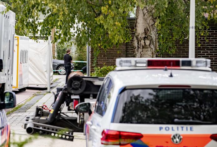 De politie doet onderzoek op de plek aan de Imstenrade in Buitenveldert waar advocaat Derk Wiersum werd doodgeschoten.