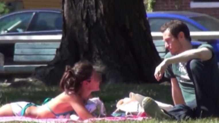 Datingcoach Todd Valentine laat in een instructievideo zien hoe mannen volgens hem het beste met vrouwen kunnen praten. Beeld YouTube