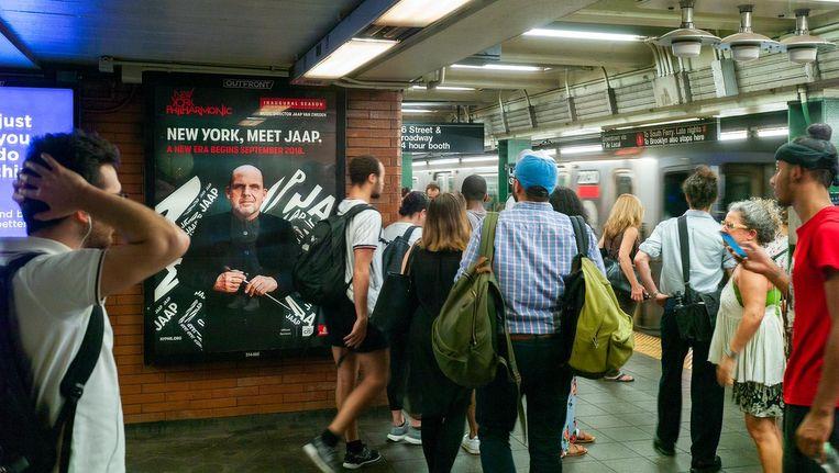 Affiches van het New York Philharmonic in de metro waarop het openingsconcert Gala Concert: New York, Meet Jaap wordt aangekondigd. Beeld anp