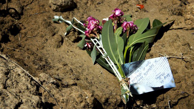 Op de plek waar de Spaanse politie de lichamen heeft aangetroffen liggen bloemen uit Nederland. Beeld ANP