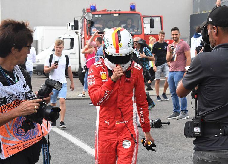 Sebastian Vettel droop ontgoocheld af.