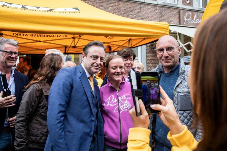 Bart De Wever in Bilzen? Geen dagelijkse kost, en dus moet er geposeerd worden.