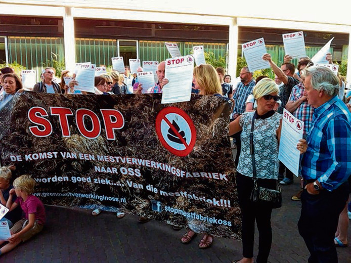 Inwoners van Oss demonstreren tegen de bouw van een mestfabriek.
