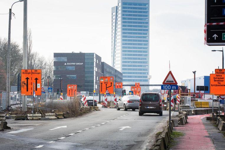 De oranje borden moeten de gewijzigde verkeerssituatie 'verduidelijken'.
