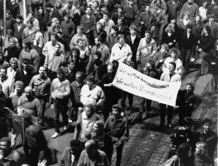 Demonstranten in Leipzig op 9 oktober 1989 met een spandoek: 'Wij willen geen geweld. Wij willen verandering!' Beeld DPA