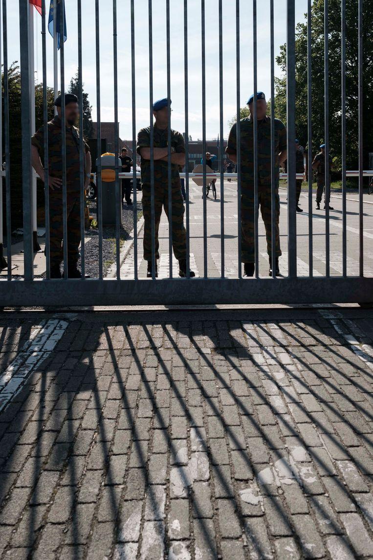 Militairen aan de gevangenis van Lantin.
