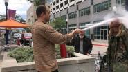 Restauranthouder bespuit roker met brandblusapparaat