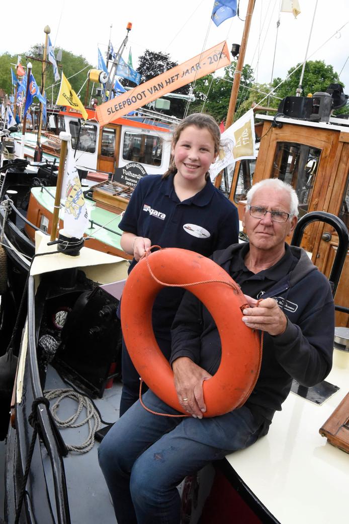 De voorzitter van de Havendagen Chris Nieuwpoort (69) met zijn kleindochter Luna (11) op zijn sleepboot 'De Morgenster' uit 1942