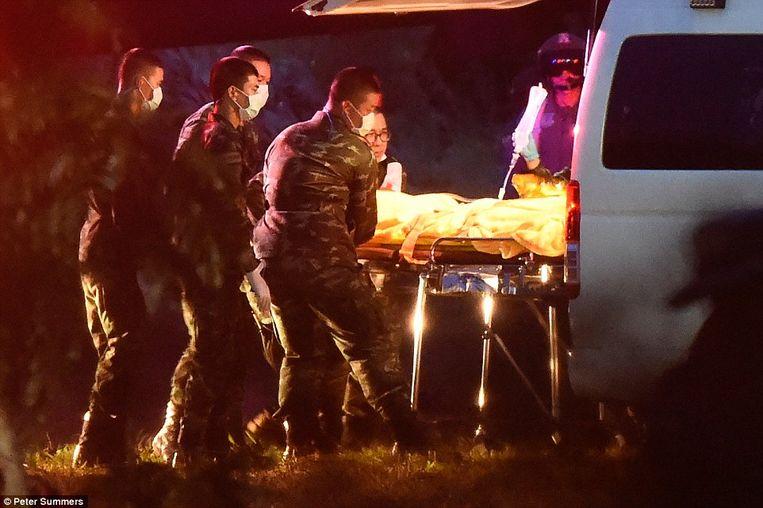 Het zesde geredde voetballertje wordt in een ambulance geschoven, om naar de helikopter gevoerd te worden die hem naar het ziekenhuis zal brengen.