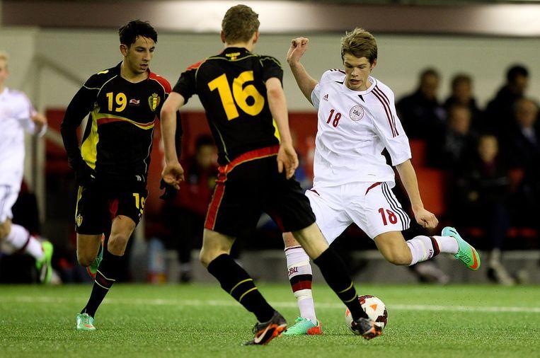 De flankaanvaller (l), hier aan het werk tegen Denemarken op een recent jeugdtoernooi voor U16 in Engeland