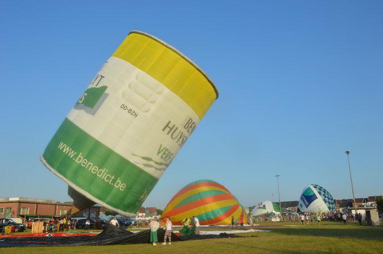 Luchtballonnen in alle kleuren en vormen gingen de lucht in vanop de voetbalterreinen van KVK Ninove.