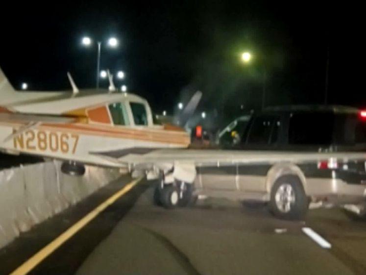 Vliegtuigje landt op snelweg en ramt auto