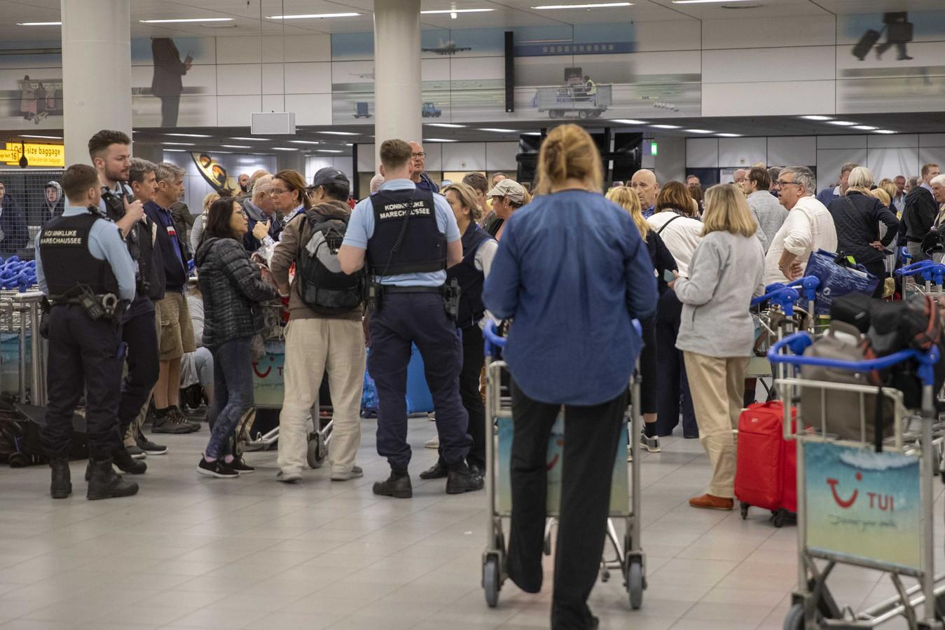 Nederlandse passagiers van het cruiseschip de Westerdam arriveren op Schiphol.