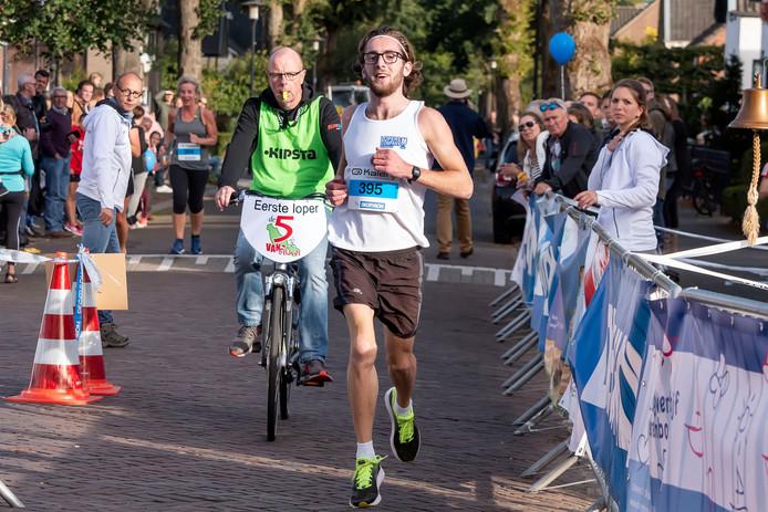 Mels Lambregts, THOR-atleet uit Roosendaal, snelt in 2018 naar de overwinning in Bavel.