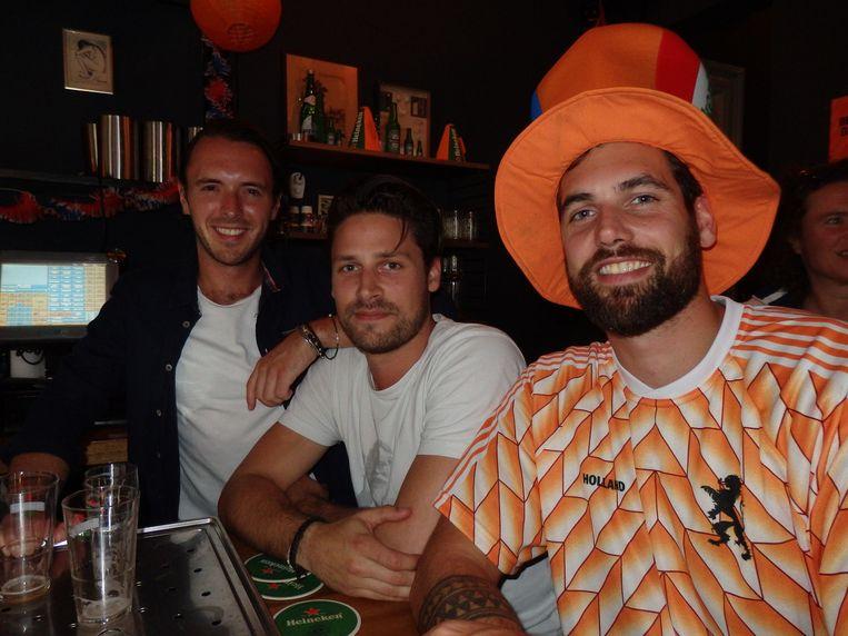 Barman Xander Olthof, mede-eigenaar Guus Merkx en vriend Karel Kammeijer. 'Mocht de keeper toen een terugspeelbal in zijn handen pakken?' Beeld Schuim