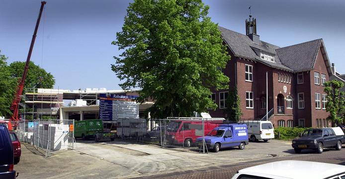 In 2000 bouwde de Rabobank een kantoor achter het oude gemeentehuis van Ossendrecht. Na het vertrek van de bank woonde er vanaf 2015 een mix van statushouders en arbeidsmigranten in het omgebouwde kantoor. Nu ligt er een verbouwingsaanvraag om er zo'n 120 buitenlandse werknemers in te kunnen huisvesten.