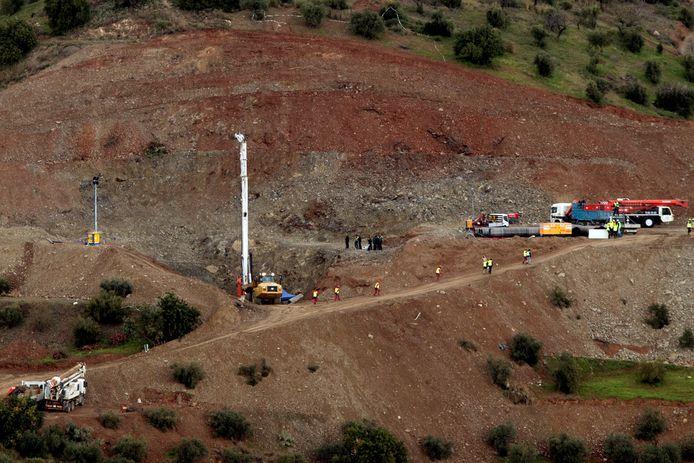 Overzichtsfoto van het terrein waar reddingswerkers een schacht graven, direct naast de put waarin Julen vastzit.