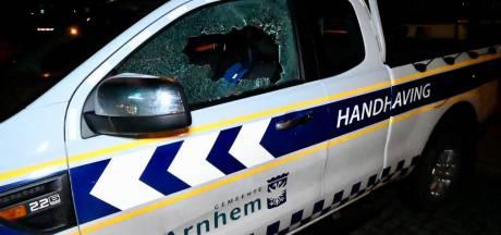 Vandalen slaan ruit in van voertuig van handhaving gemeente Arnhem