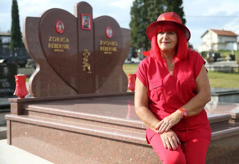 Zorica Rebernik (67) bij het rode graf dat ze liet maken voor zichzelf en haar man.