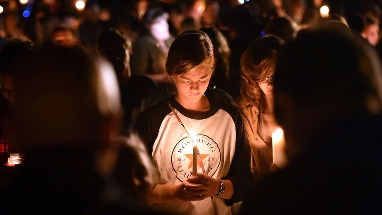 Een meisje bidt tijdens een wake voor de slachtoffers in Roseburg, Oregon. Beeld afp