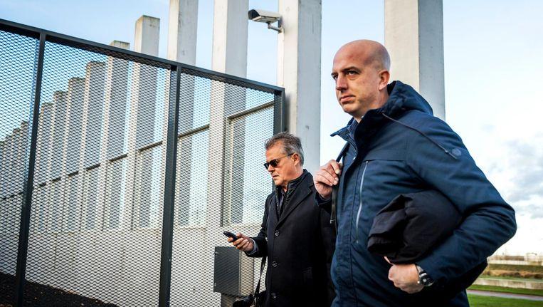 Nico Meijering en Christiaan Flokstra, advocaten van Dino S, arriveren bij het Justitieel Complex Schiphol. Beeld anp