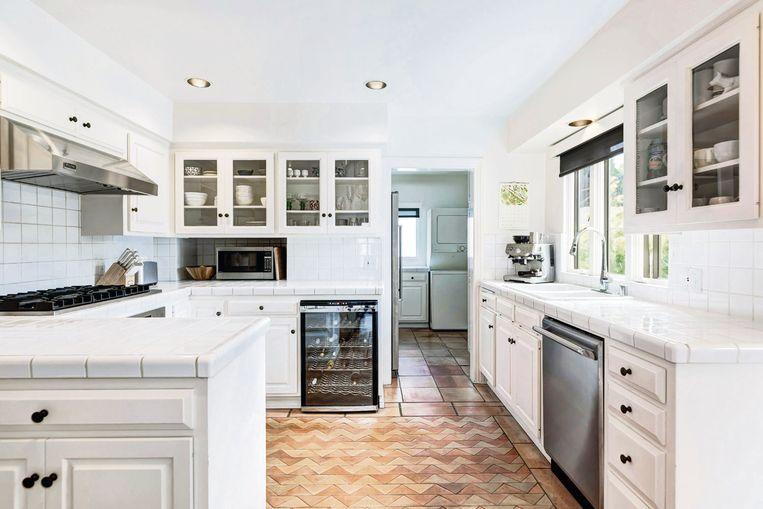 Het huis heeft een oerdegelijke, klassieke keuken, inclusief wijnkoelkast.