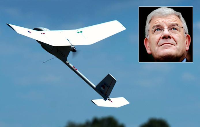 Jan van Zanen (inzet) is blij met de onbemande vliegtuigjes.