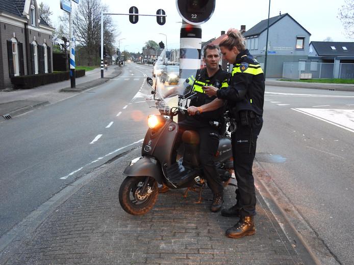 De politie ontfermde zich na het ongeluk over de betrokken scooter.