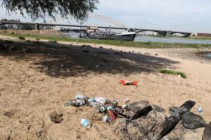 Afval op de Waalstrandjes bij Nijmegen.