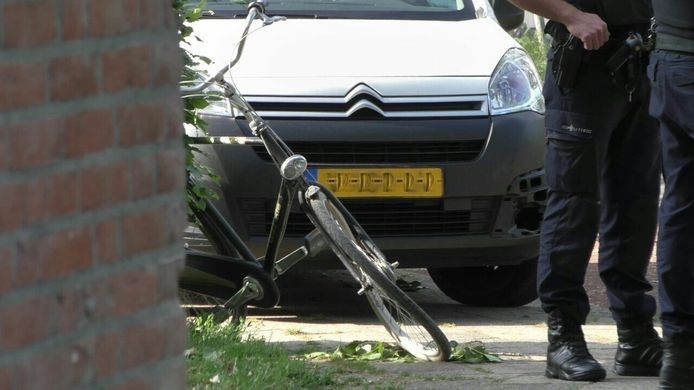 De fiets die door de bestelbus in Zutphen is aangereden.