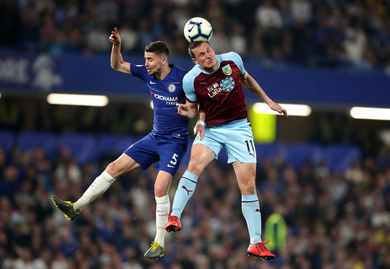 Chelsea's Jorginho (links) in duel met Chris Wood van Bunrley.