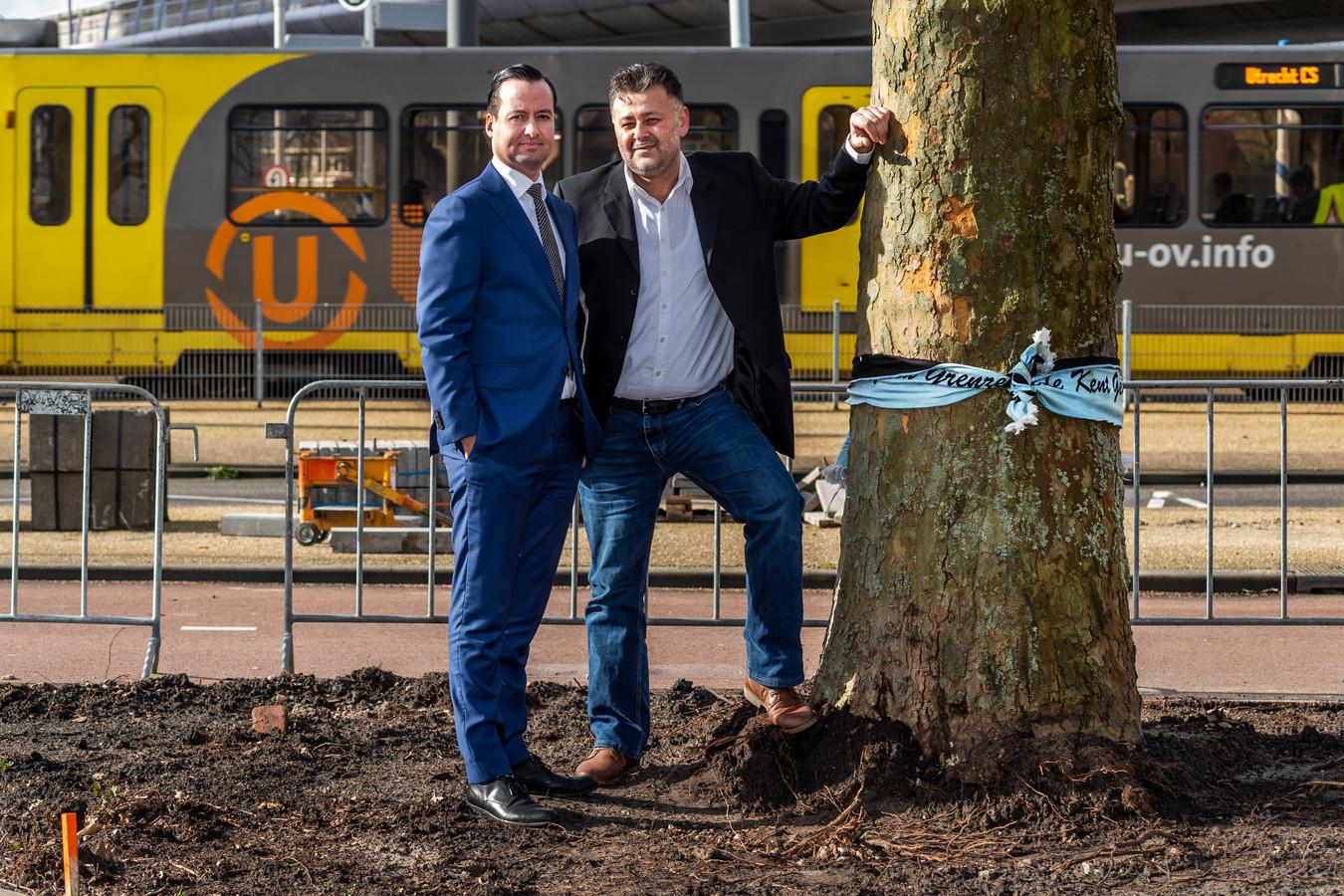 Mustafa Ercan (rechts) en zijn juridisch adviseur Karim Aachboun op het 24 Oktoberplein in Utrecht waar op 18 maart vorig jaar de aanslag op de tram werd gepleegd.